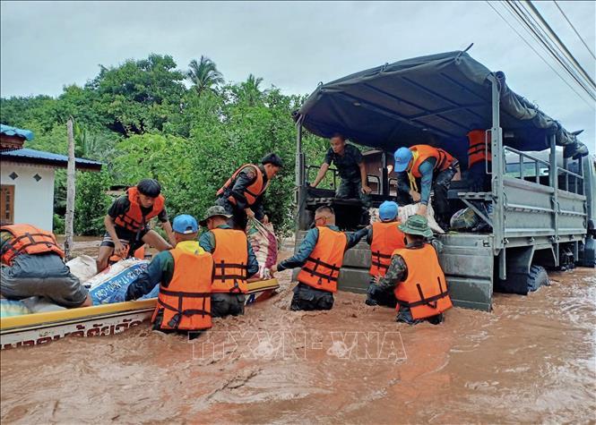 Binh sĩ quân đội Thái Lan giúp người dân dọn dẹp sau trận lũ quét tại tỉnh Loei, miền Bắc Thái Lan hồi tháng 8/2020. Ảnh: AFP/TTXVN