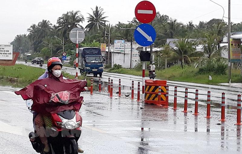 Lắp biển báo chỉ dẫn giao thông tại ngã ba Hòa Lộc, huyện Mỏ Cày Bắc. Ảnh: Thu Huyền