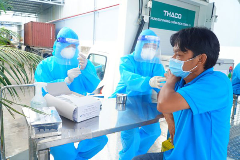 Công nhân Khu công nghiệp An Hiệp (Châu Thành) tham gia tiêm vắc xin phòng Covid-19.