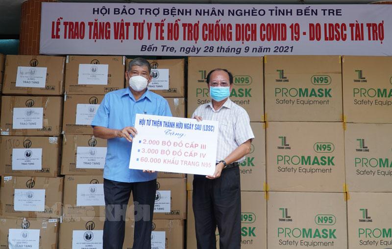Giám đốc Sở Y tế Ngô Văn Tán tiếp nhận vật tư hỗ trợ.