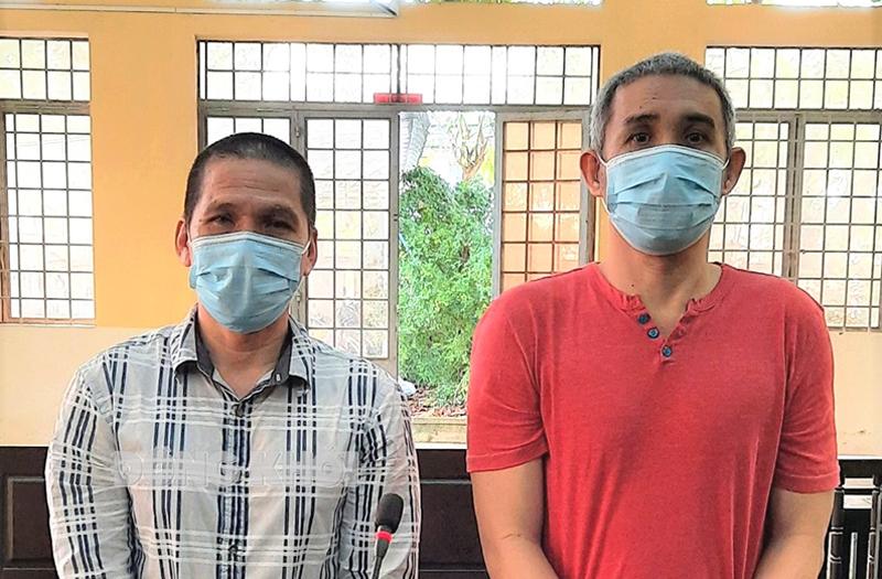 Bị cáo Dũng (bên trái) và bị cáo Liêm tại phiên tòa ngày 29-9-2021.