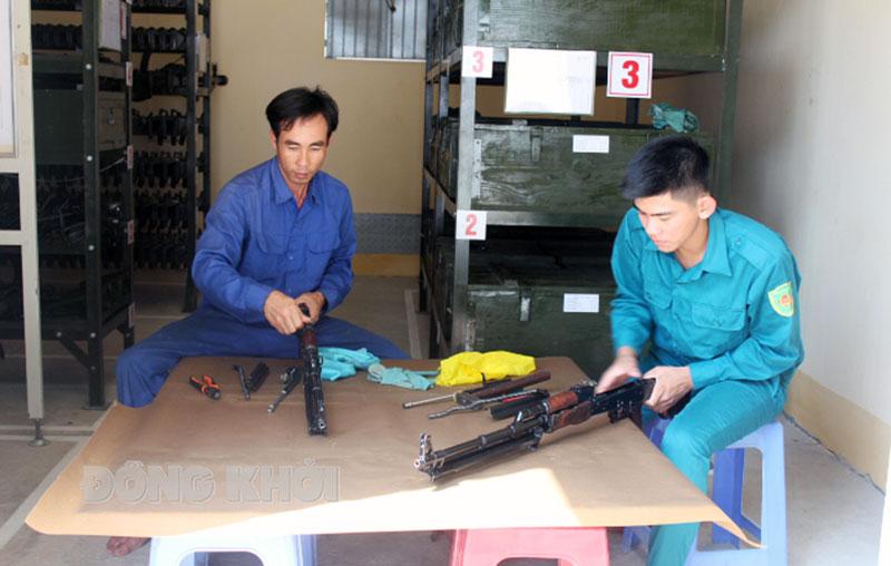 Đồng chí Lê Văn Minh (trái) luôn duy trì ngày kỹ thuật tại đơn vị.