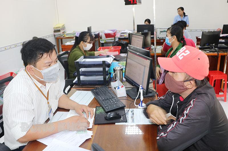 Người lao động đến Trung tâm Dịch vụ việc làm nộp hồ sơ hưởng bảo hiểm thất nghiệp.