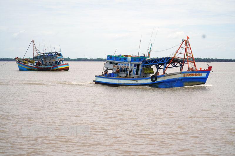 Tàu cá rời bến tại cảng Bình Đại.