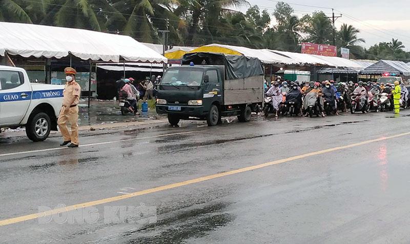 Cảnh sát giao thông Công an tỉnh chủ động phối hợp với các đơn vị, địa phương đưa công dân đến các điểm cách ly đảm bảo an toàn.