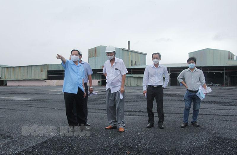"""Chủ tịch UBND tỉnh Trần Ngọc Tam (bìa trái) thăm doanh nghiệp sản xuất """"3 tại chỗ"""" tại Khu công nghiệp Giao Long."""