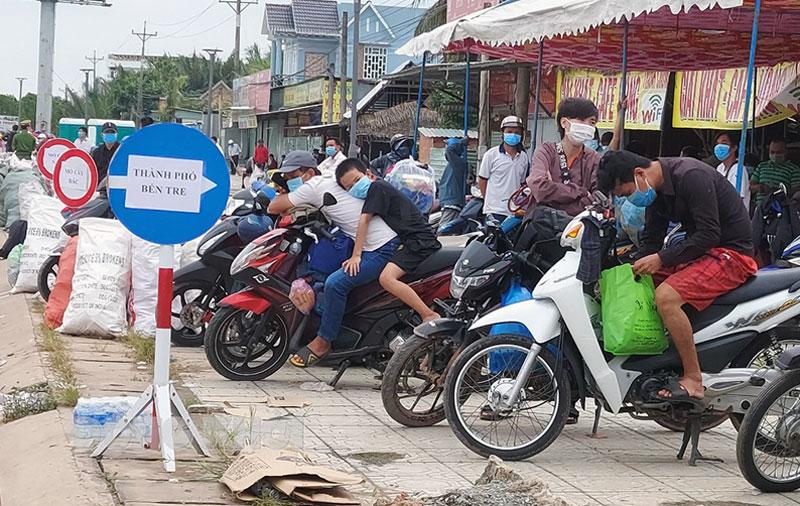 Công dân ngoài tỉnh về địa phương tại chốt cầu Rạch Miễu.