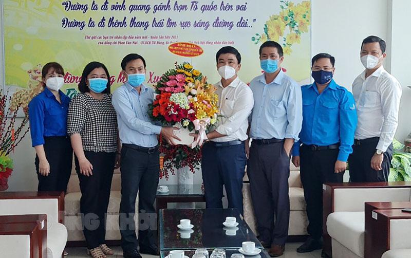 Bí thư Tỉnh Đoàn, Chủ tịch Hội LHTN Việt Nam tỉnh Hà Quốc Cường tặng hoa chúc mừng ngày Doanh nhân Việt Nam. Ảnh: Lê Phước