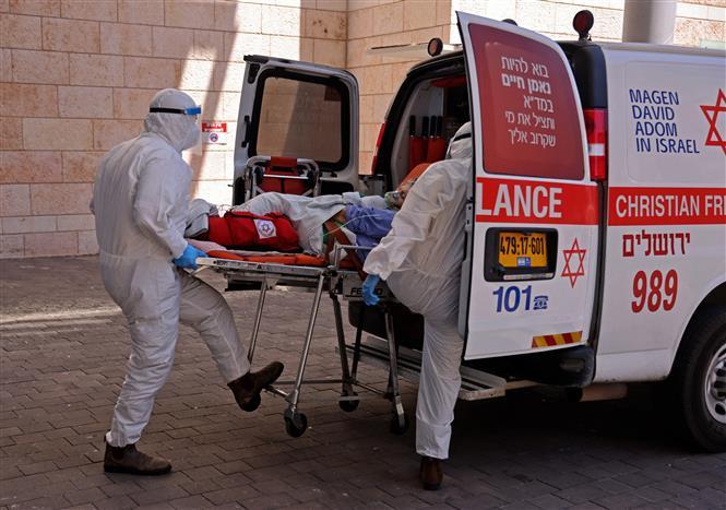 Nhân viên y tế Israel chuyển bệnh nhân COVID-19 tới bệnh viện tại Jerusalem ngày 15-8-2021. Ảnh: AFP/ TTXVN