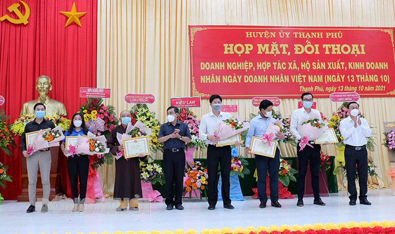 Trưởng ban Dân Vận Tỉnh ủy Bùi Văn Bia và Bí thư Huyện ủy Châu Văn Bình trao giấy khen cho các tập thể cá nhân. Ảnh: Minh Mừng