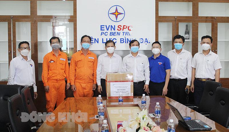 Ban Giám đốc, Chủ tịch Công đoàn Công ty cũng đến thăm hỏi, tặng quà cho tập thể cán bộ, công nhân viên lao động Điện lực Bình Đại.