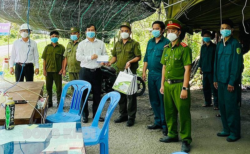 Phó giám đốc Công ty Điện lực Bến Tre Nguyễn Mạnh Tuấn thăm và tặng quà lực lượng trực tiếp làm nhiệm vụ tại 2 điểm cửa ngõ phòng, chống dịch Covid-19 của huyện Bình Đại.