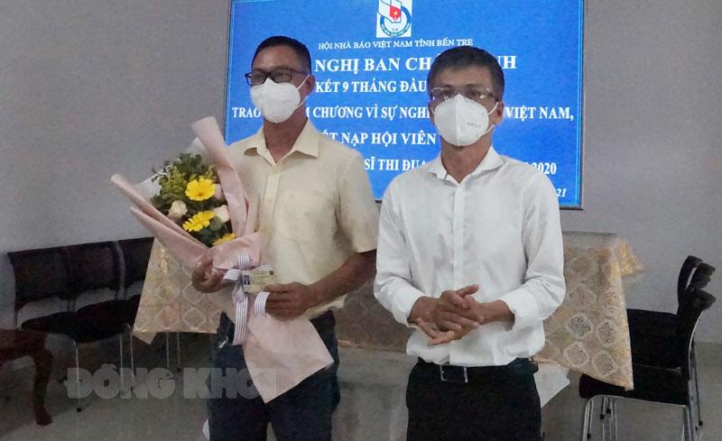 Tổng Biên tập Báo Đồng Khởi Lê Ngọc Hân trao quyết định kết nạp hội viên mới.