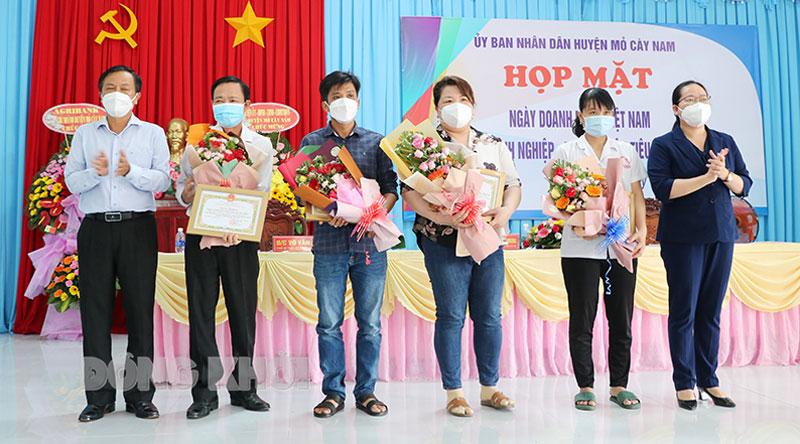 Bí thư Huyện ủy Nguyễn Thị Hồng Nhung tặng hoa cho các doanh nhân tham dự họp mặt.