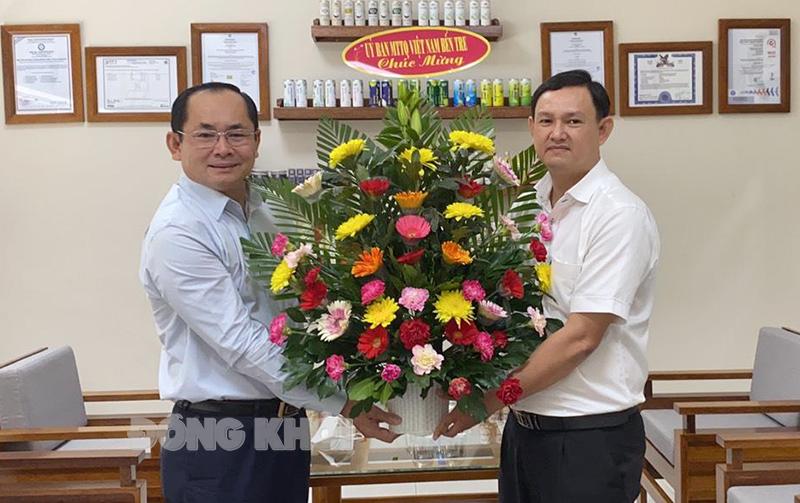 Trao hoa chúc mừng ông Trần Văn Đức - Chủ tịch HĐQT kiêm Tổng giám đốc Công ty cổ phần đầu tư dừa Bến Tre.