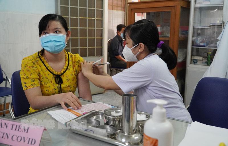 Người dân tiêm vắc-xin phòng Covid-19.