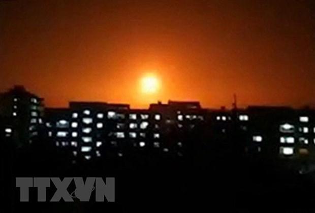 Khói lửa bốc lên sau một vụ không kích của Israel xuống khu vực không xác định ở Syria. (Ảnh: AFP/TTXVN)