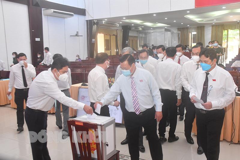 Các đại tham gia biểu bỏ phiếu bầu chức danh Ủy viên UBND tỉnh.