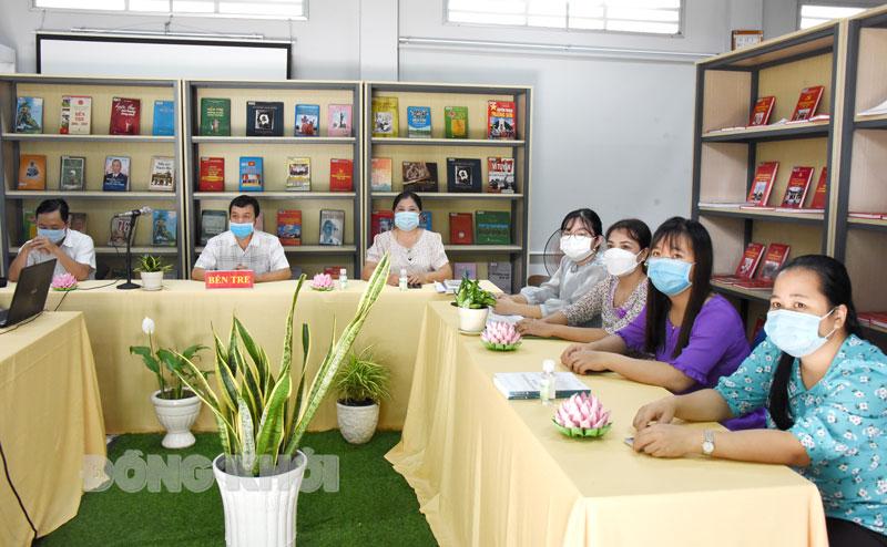 Tập thể Thư viện Nguyễn Đình Chiểu tham dự hội nghị tại điểm cầu Bến Tre.
