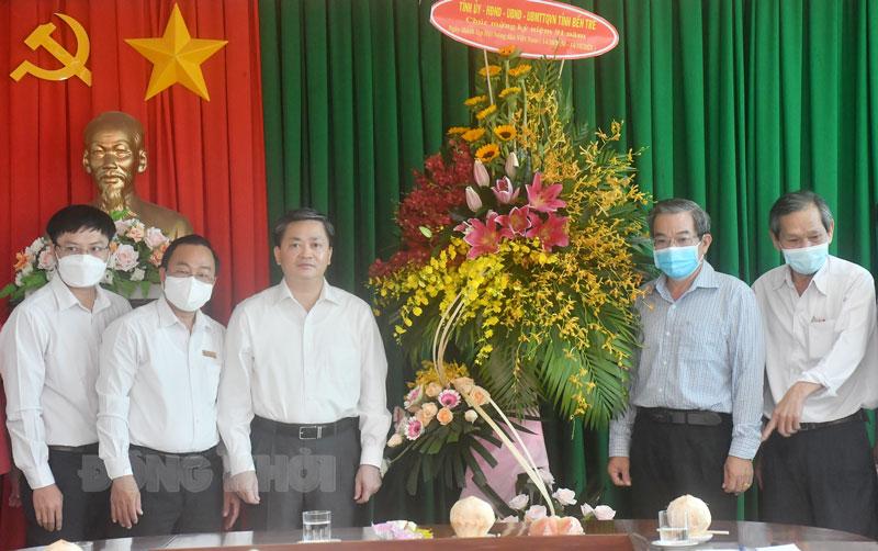 Bí thư Tỉnh ủy Lê Đức Thọ trao hoa chúc mừng  kỷ niệm Ngày thành lập Hội Nông dân tỉnh.