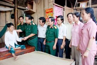 Bộ Tư lệnh Quân khu 9 trao tặng nhà tình đồng đội