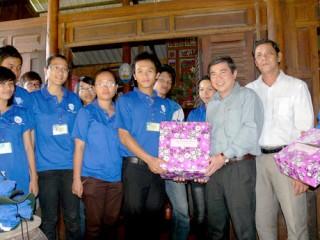 Đồng chí Nguyễn Thành Phong - Bí thư Tỉnh ủy  thăm chiến sĩ Mùa hè xanh vùng biển