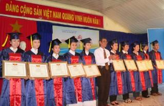 Phát bằng tốt nghiệp cho 456 sinh viên hệ cao đẳng