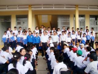 Chi đoàn Báo Đồng Khởi và Đoàn cơ sở VNPT Bến Tre trao tặng học phẩm cho trẻ em nghèo
