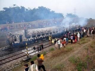 Ấn Độ: Tàu hỏa va chạm xe khách, 15 người chết