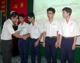 Bốn học sinh Trường THPT Chuyên Bến Tre được nhận học bổng Nguyễn Văn Đạo