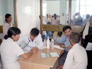 Hai đoàn y, bác sĩ khám, chữa bệnh từ thiện tại Bến Tre