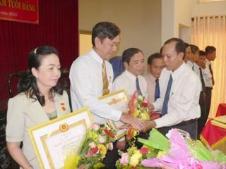 Trao 42 Huy hiệu 40 năm, 30 năm tuổi Đảng cho các đồng chí đảng viên sở, ngành tỉnh