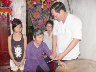 Đồng chí Nguyễn Hữu Phước  - Phó Chủ tịch HĐND tỉnh thăm, tặng quà gia đình chính sách