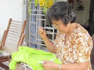 Thêu tay gia công - một nghề nghệ thuật