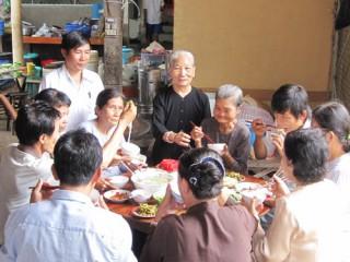 Bữa cơm từ thiện ở một cơ sở Đông y