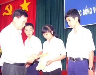 121 học sinh - sinh viên được nhận học bổng Võ Văn Khánh