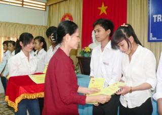 Trao học bổng Võ Văn Khánh cho 68 học sinh, sinh viên vượt khó học giỏi