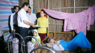 Trao 15 triệu đồng cho nạn nhân bị tai nạn giao thông tại huyện Bình Đại