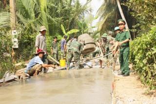 Lực lượng vũ trang Bến Tre chung sức xây dựng nông thôn mới