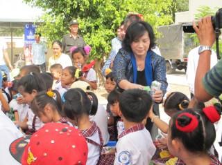 Trao học bổng và sữa cho trẻ em có hoàn cảnh đặc biệt tại Ba Tri