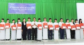 Trao học bổng Hồ Hảo Hớn cho học sinh vượt khó, học giỏi