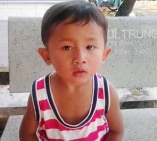 Bé trai 3 tuổi bị bỏ rơi ở xã Tân Phú Tây
