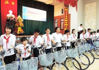 Trao học bổng cho 345 sinh viên, học sinh có hoàn cảnh đặc biệt khó khăn