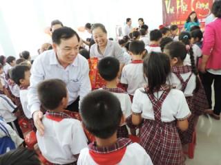 Tặng quà Trung thu cho trẻ em nghèo