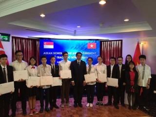 Singapore trao tặng học bổng ASEAN cho 12 học sinh Việt Nam