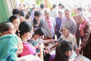 Thăm, khám bệnh và tặng quà cho người nghèo ở Nhuận Phú Tân