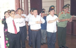 Đoàn công tác Tỉnh ủy tổ chức viếng, thắp hương đền thờ và thăm, chúc Tết