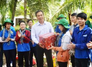 Báo Đồng Khởi thăm và tặng quà chiến sĩ tình nguyện
