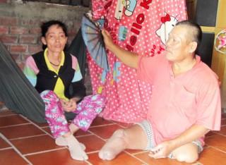 Người chồng tật nguyền nuôi vợ bị bệnh hiểm nghèo