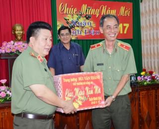 Thứ trưởng Bộ Công an Bùi Văn Thành thăm và chúc Tết Công an Bến Tre